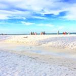 ハイアムズビーチの白い砂浜ときれいな空の風景