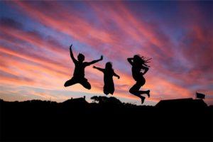 夕日を背にジャンプする人