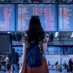 空港で掲示板を確認する女性