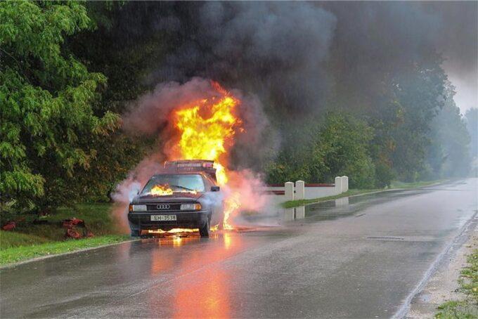 炎上する危険な車