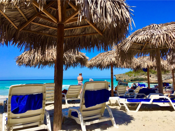 バラデロのビーチとパラソル