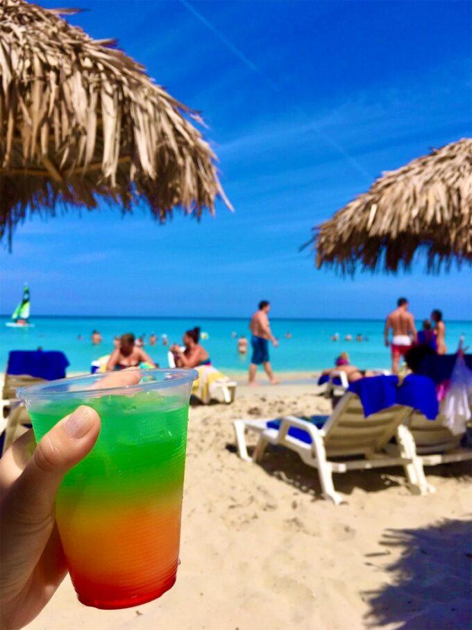 カクテルとバラデロのビーチ