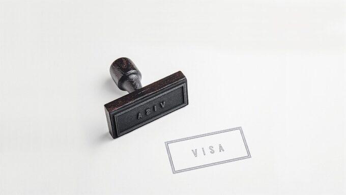ビザのスタンプが押された紙