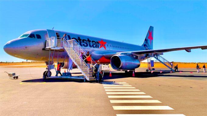 空港に停泊している飛行機