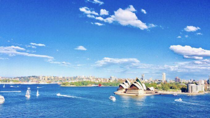 オペラハウスと海を渡る船の景色