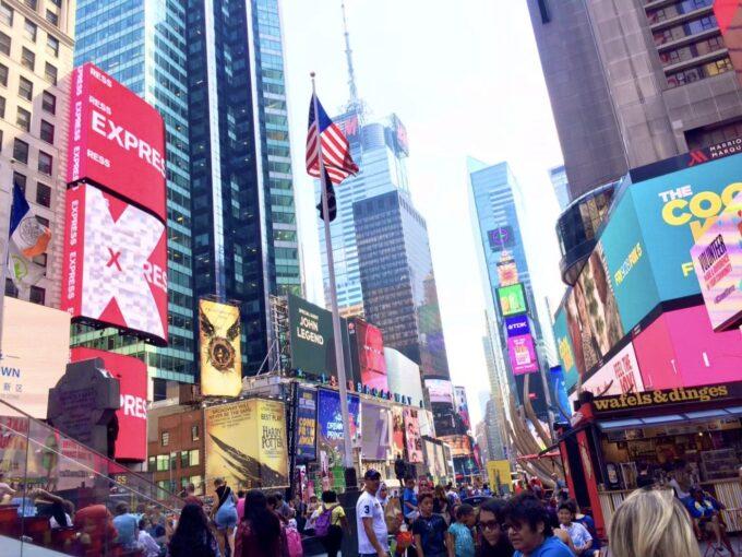 ニューヨークのタイムズスクエアが人で賑わう風景