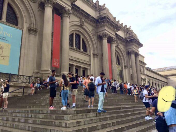メトロポリタン美術館の外観と観光客の写真