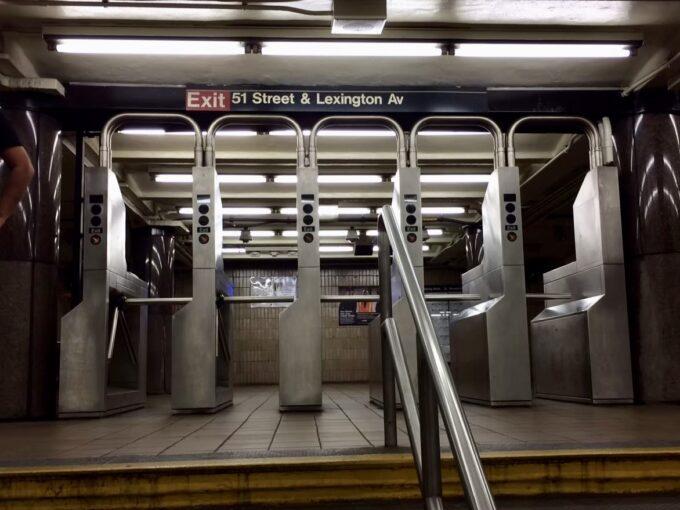 ニューヨークの地下鉄の改札の写真