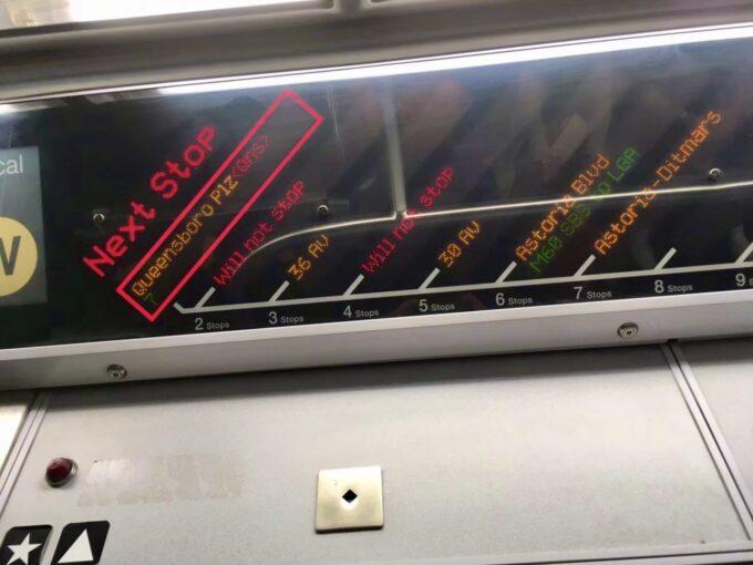 ニューヨークの電車内の電光掲示板の写真