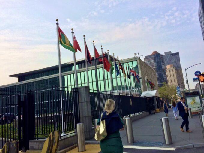 国連本部の外にある旗の写真