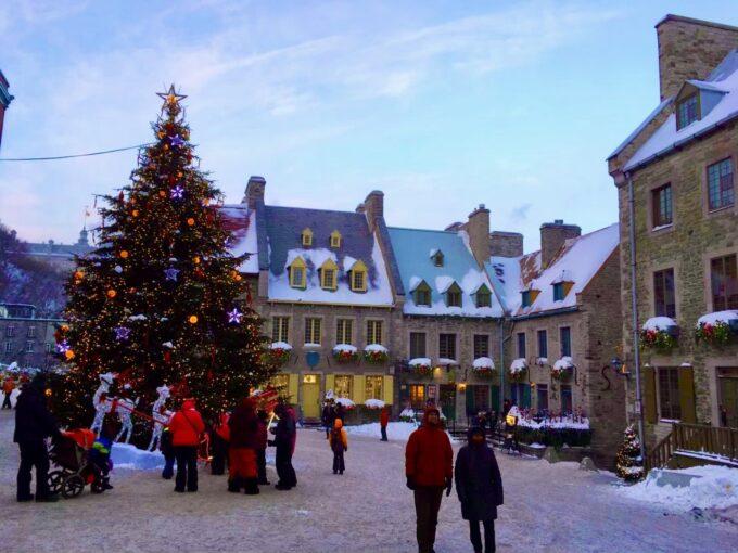 ケベック旧市街がクリスマス仕様に装飾された広場の風景