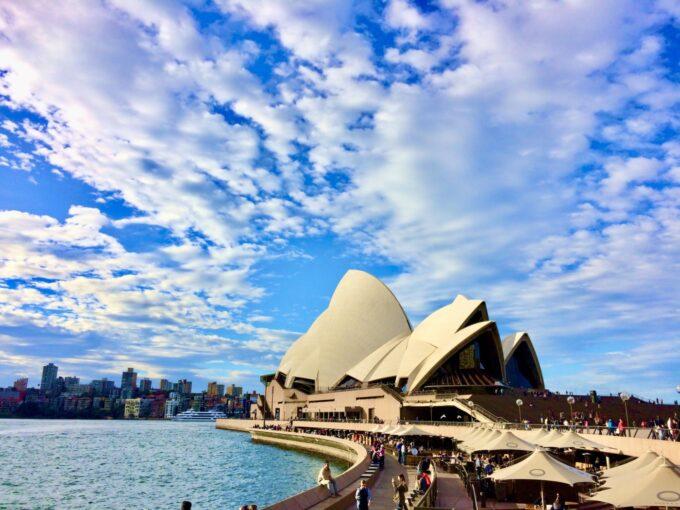 オペラハウスと青い海と青い空の風景
