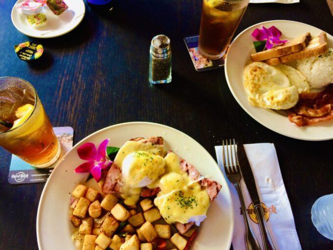 ハワイのハードロックカフェのエッグベネディクトの写真