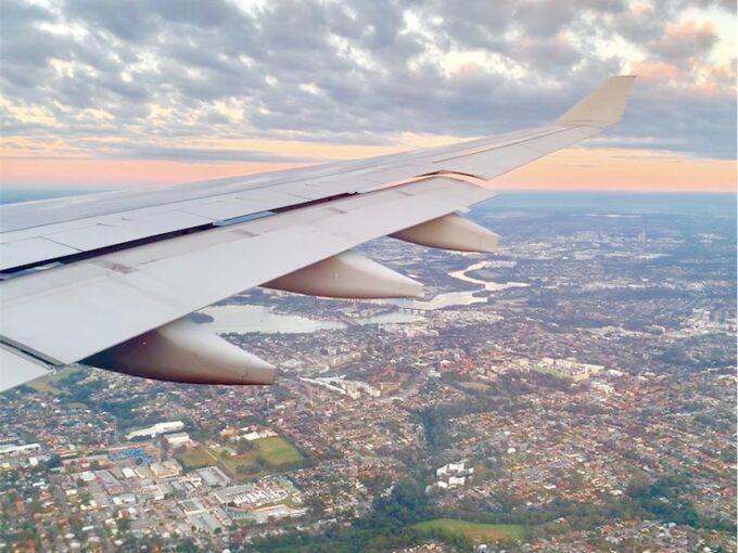 飛行機の窓から見下ろす街の風景