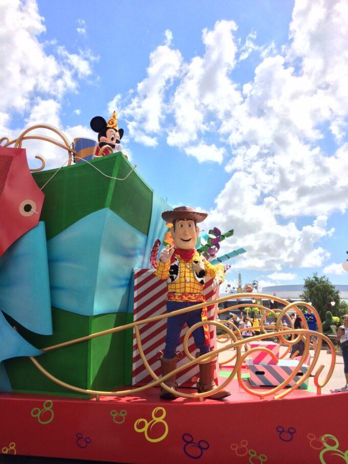 ディズニーワールドのパレード中の画像